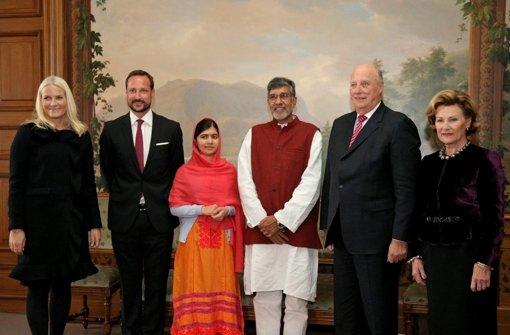 Die Verleihung des Friedensnobelpreises in Oslo (von links): Kronprizessin Mette-Marit, Kronprinz Haakon, Nobelpreisträger Kailash Satyarthi und Malala Yousafzai, König Harald und Königin Sonja Foto: dpa