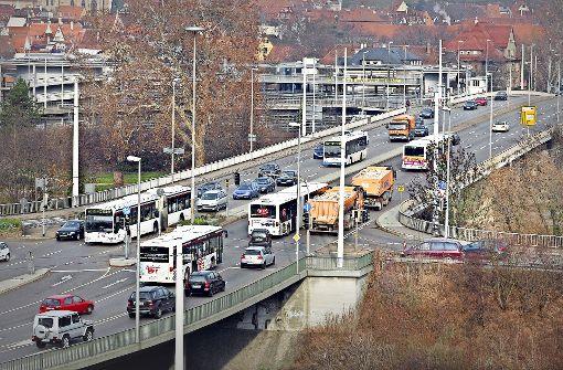 Nun doch schon im Jahr  2019 will die Stadt mit der Sanierung und dem Neubau der Neckarbrücken beginnen. Los geht es mit der  Ertüchtigung der Vogelsangbrücke. Foto: Rudel/Archiv