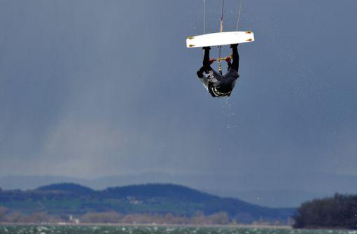 Kite-Surfer nach Aufprall auf Betonmauer schwer verletzt