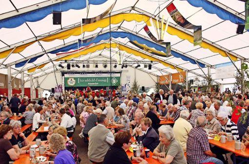 Der Musikverein     betreibt das Kirbe-Festzelt seit über 50 Jahren. Während sich dort Besucher drängen, verliert der Krämermarkt massiv an Anziehungskraft. Foto: Archiv Torsten Ströbele
