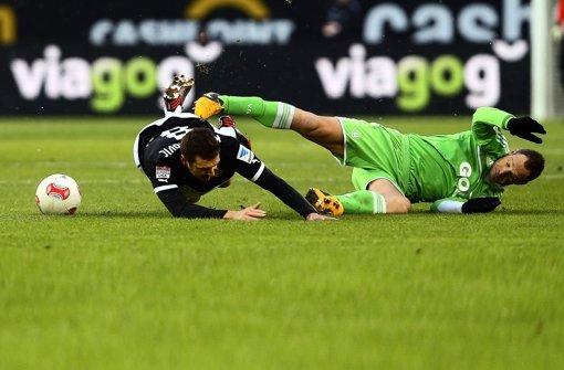 Autsch, das tut weh: Zum Start der Bundesliga-Rückrunde legte der VfB Stuttgart (Zdravko Kuzmanovic/li., gegen den Wolfsburger Jan Polak) eine Bauchlandung hin. Foto: Pressefoto Baumann