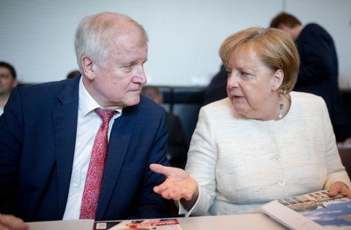 Merkel und Seehofer bei der Fraktionssitzung am Dienstag. Foto: dpa