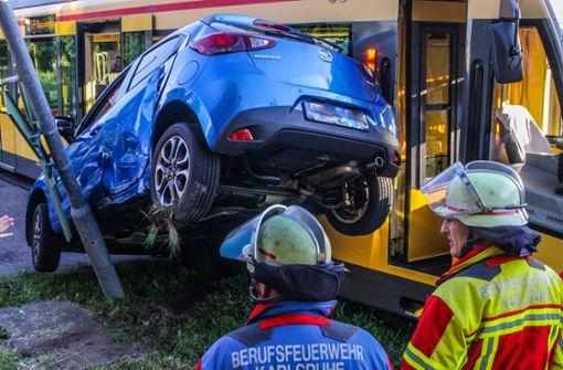 Stadtbahn schiebt Auto gegen Signalmast