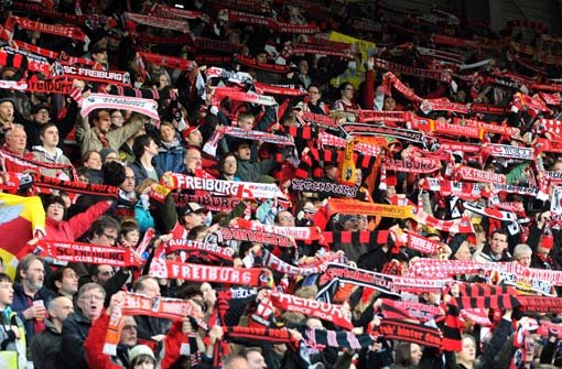 ... der SC Freiburg im Jahr b1904/b gegründet wird, dauert es noch eine halbe Ewigkeit, bis die beiden Teams ... Foto: dpa