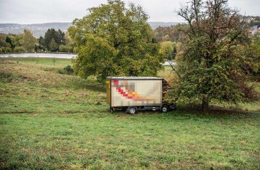 Lastwagen fährt 30 Meter Böschung hinab