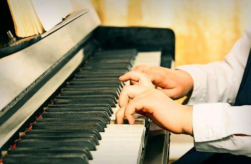 Klavier und Gitarre gehören zu den begehrtesten Instrumenten: An der Musikschule müssen Kinder bis zu zwei Jahre warten, bis sie dort unterrichtet werden. Foto: 82770530