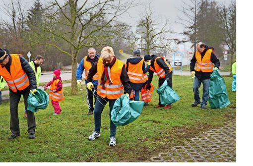 Bürger schwärmen mit Kind und Kegel zur Stadtputzete aus