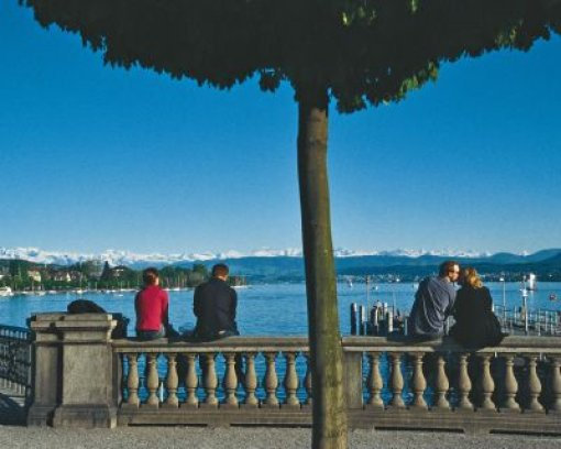 bSchweiz/b: Hohe Berge, tiefe Täler dazu jede Menge Seen. Die Schweiz ist ein schönes Land. Das dürfte aber nicht der einzige Grund sein, weshalb die Eidgenossenschaft das beliebteste Ziel deutscher Auswanderer ist. So niedrig wie die Steuern in der Schweiz sind, will sie selbst Guido Westerwelle in Deutschland nicht senken. Außerdem braucht man sich in der Schweiz nicht über den Wahlausgang aufregen. Passt einem etwas nicht, bringt man einfach einen Volksentscheid auf den Weg. Und für flüchtige SPD-Anhänger ganz wichtig, dank der Konkordanzdemokratie sind die Sozialdemokraten immer in der Regierung vertreten. Foto: dpa