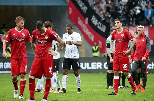 Nach der Niederlage in Frankfurt ließen die VfB-Profis die Köpfe hängen. Foto: dpa