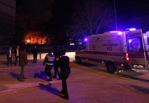 Rettungskräfte sind nach der Explosion vor Ort im Einsatz. Foto: dpa