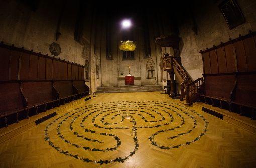 Die große goldene Cloud schwebt in der Franziskanerkirche