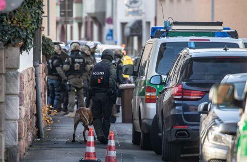 Bewaffneter verschanzt sich mit zwei Frauen in Büro