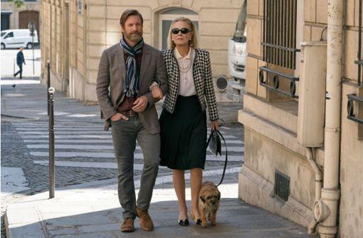 """Es war einmal in Paris: Aaron Eckhart und Marthe Keller  in der ersten Episode von """"The Romanoffs"""" Foto: Chris Raphael/Amazon Prime"""
