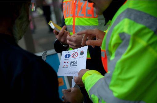 Nachhilfeunterricht für Wende-Sünder: Mit dem Auto verboten über die Gleise kostet 20 Euro. Foto: Lichtgut/Leif Piechowski