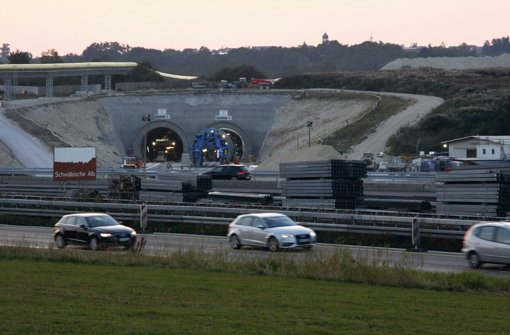 Auf der Schwäbischen Alb wirken sich die  Tunnelarbeiten für das Bahnprojekt Stuttgart-Ulm jetzt noch stärker auf den Autobahnverkehr aus – und nicht nur hier. Foto: StN
