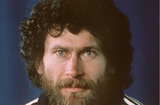 Bayern-Star Paul Breitner trug in den  70er Jahren eine Revoluzzer-Afro-Mähne und ließ sich mit  Mao-Bibel fotografieren Foto: picture alliance