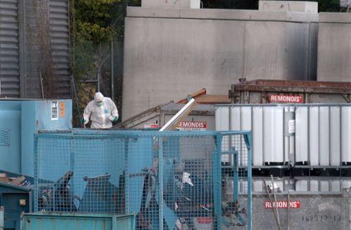 Die stark verweste Leiche wurde zwischen einem Parkhaus und einer Sichtschutzwand gefunden. Foto: 7aktuell.de/Sven Franz