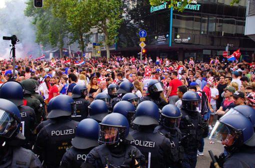 Die Polizei war mit einem großen Aufgebot an Beamten im Einsatz.  Foto: Andreas Rosar Fotoagentur-Stuttg
