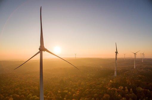Mit ihrer Nabenhöhe von 149 Metern überragen die Windräder die Bäume des Harthäuser Waldes um ein Vielfaches. Foto: Jürgen Pollak, Neue Weinsteige