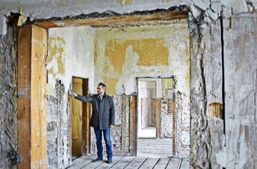 Die einstigen Prunkbauten haben  arg gelitten, wie Sascha Engelmann, der Chef des Architektenteams, zeigt. Foto: factum/Granville
