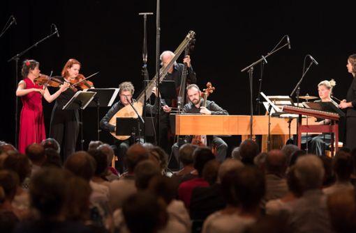 Meret Lüthi (im roten Kleid) leitet das 2008 gegründete Ensemble Les passions de l'Ame – hier bei seinem Auftritt im Stuttgarter Klub Wizemann Foto: Holger Schneider