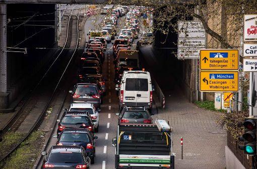 Der Stau am und Richtung Wilhelmsplatz wird die Bezirksbeiräte beschäftigen. Foto: Lichtgut/Max Kovalenko