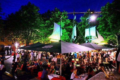 Beliebter Treffpunkt bei Jung und Alt: Der Hamburger Fischmarkt auf dem Karlsplatz in Stuttgart. (Archivfoto) Foto: www.7aktuell.de |