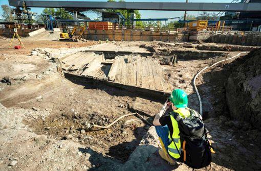 Archäologen legen altes Nesenbach-Stauwehr frei