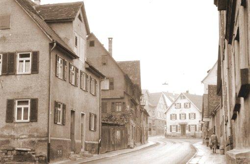 Schon früh teilte die Gaststätte Waldhorn – hinten in der Bildmitte zu sehen – den Verkehr nach Rotenberg und nach Fellbach und später nach Luginsland. Das Haus auf der linken Seite im Bild mit den Hausnummern 49 und 51 steht heute noch, soll aber bald abgerissen werden. Das Bild stammt vermutlich aus den 50er Jahren.  Foto: Archiv Eberhard Hahn