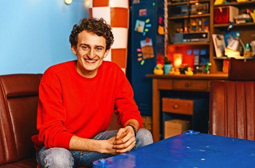 Julian Janssen erklärt  im Fernsehen die Welt. Foto: Hans-Florian Hopfner, megaherz GmbH
