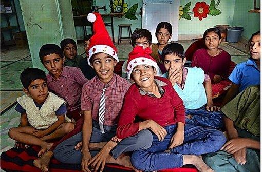 Den Weihnachtsmann, den kennen Hannahs Schüler in Setrawa. Aber seine rote Mütze haben sie noch nie anprobiert Foto: Hannah Lange