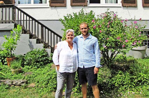 Mutter Gabriele und Sohn Lennart Achenbach haben eine Leidenschaft für Sneaker – und daraus eine Geschäftsidee entwickelt. Foto: Patrick Steinle