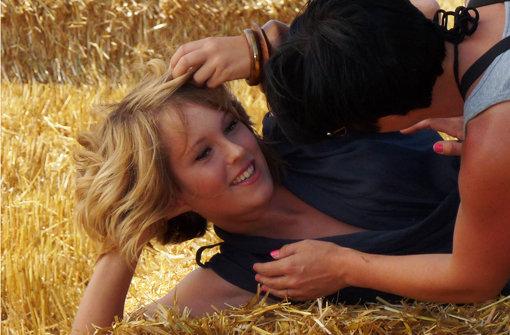 ...stammt nicht aus einer Bauernfamilie. Sie durfte als Kind noch nicht einmal Haustiere haben. Mit zwölf zog sie mit ihren Eltern von Aldingen nach Neckarrems in die direkte Nachbarschaft zu einem Bauernhof. Das war meine Rettung, sagt die 22-Jährige, endlich hatte ich lauter Tiere um mich. Die Arbeit mit Tieren fasziniert sie am meisten bei der Landwirtschaft. Aber mir gefällt auch, dass man viel an der frischen Luft arbeitet und die Tätigkeit so abwechslungsreich ist. Heute ist aber Rekeln vor der Kamera angesagt. Der Gedanke daran... Foto: Belser