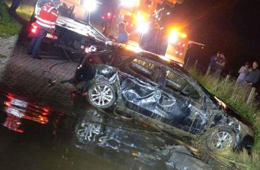 Feuerwehr holt Auto aus der Ems