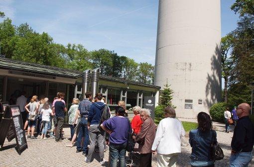 Besucher strömen zu Stuttgarts Wahrzeichen: Schlange stehen für den ...