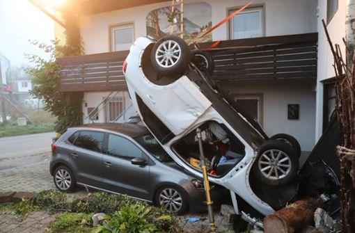 18-Jähriger fliegt durch die Luft und landet auf geparktem Wagen