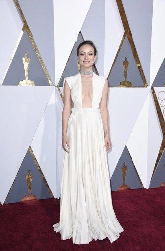 """Den weißen Arztkittel aus der Erfolgsserie """"Dr. House"""" hat Schauspielerin Olivia Wilde  gegen  ein weißes Valentino-Kleid mit tiefen Einblicken getauscht.  Foto: dpa"""