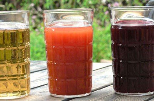 Auch bei der Arbeit gilt: Viel trinken. Der Flüssigkeitsverlust ist an heißen Tagen besonders hoch. Der Körper braucht dann bis zu fünf Liter Flüssigkeit am Tag. Am besten eignen sich nicht zu kalte bSaft- und Gemüseschorle/b, die man bequem zu Hause vorbereiten kann. Foto: Müth