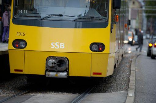 Frau läuft vor fahrende Stadtbahn