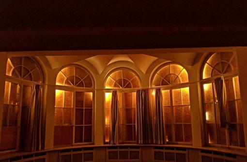 Das Terrassenzimmer in dem Rundbau an der Villa Berg. Licht fällt nur durch die Ritzen der Holzabdeckungen auf den Fenstern nach drinnen. Foto: Jürgen Brand