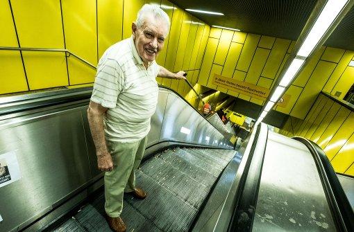 Heinrich Ramp ist empört das die Rolltreppen an der Haltestelle Schwabstraße nicht funktionieren. Foto: Lichtgut/Leif Piechowski