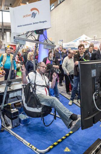 Ein Besucher testet den Gleitschirm-Simulator. Foto: Lichtgut/Julian Rettig