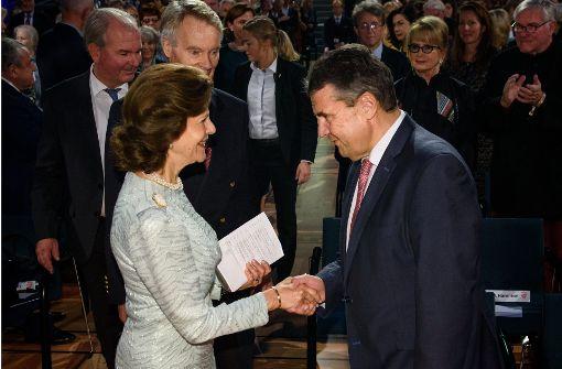 Königin Silvia und der Pappkarton
