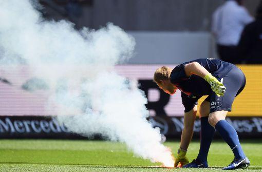 Schiedsrichter Christian Dingert unterbrach die Partie ...  Foto: Bongarts