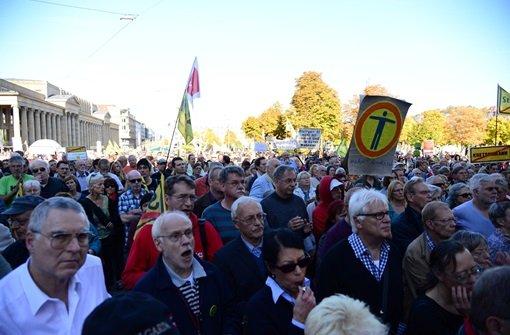 S21-Gegner haben sich am Samstagnachmittag auf dem Stuttgarter Schlossplatz zu einer Kundgebung versammelt, um Unterschriften für zwei neue Bürgerbegehren gegen Stuttgart 21 zu sammeln. Im Anschluss fand ein Protestmarsch zum Hauptbahnhof statt. Bilder von der Kundgebung und dem Protestmarsch gibt es in der Fotostrecke. Foto: FRIEBE|PR/ Sven Friebe