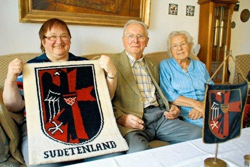 Waltraud Illner, Ernst Merkl und Liesbeth Kasper (v.l.) sind froh, sich in der Sudetendeutschen Landsmannschaft mit anderen Vertriebenen austauschen zu können. Foto: Hemminger