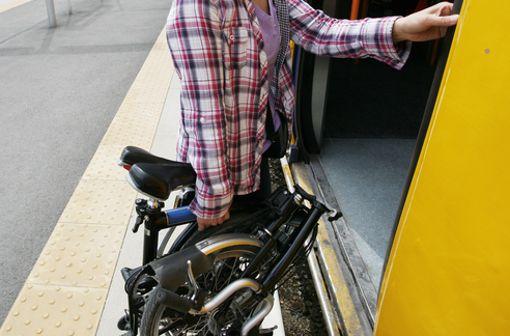 Wie schwierig es ist, sich mit einem Fahrrad in eine vollgestopfte Bahn zu quetschen, weiß jeder. Auch der damit verbundene Aufpreis ist ein ziemlicher Abtörn. Mit einem Klapprad hat man hier enorme Vorteile. Denn das praktische Teil lässt sich in Sekunden auf die Größe eines kleinen Rollkoffers zusammenklappen und fährt zudem auch noch völlig umsonst in den öffentlichen Verkehrsmitteln mit. Foto: shutterstock/Bikeworldtravel