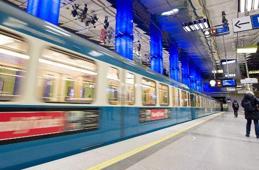 Frau schubst Fremden vor einfahrende U-Bahn