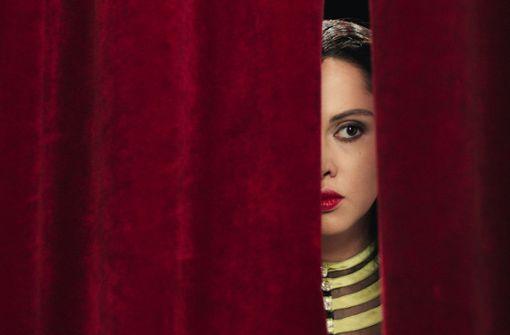 Vorsichtig blickt eine Frau mit Ambitionen (Yasmin Raeis als junge Kulthum) auf die Männergesellschaft, die über sie urteilen wird. Foto: NFP