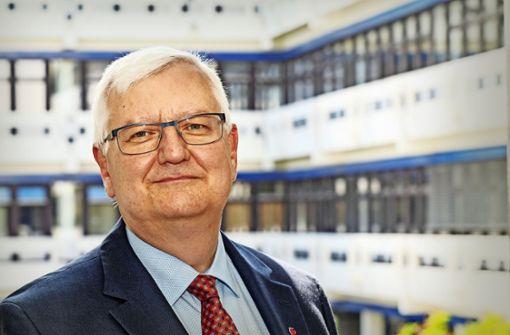 Wolfgang Ernst ist als Problembewältiger gefragt – und muss an der Verwaltungshochschule einiges aushalten. Foto: factum/Weise